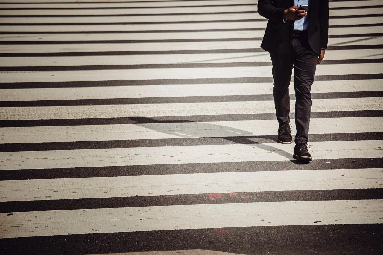 スマホを見ながら歩く男