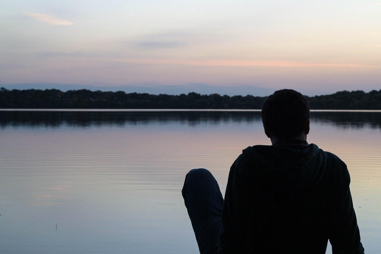 一人で景色を眺める男性