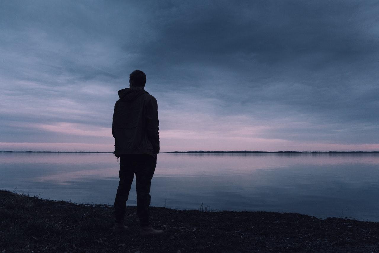 海を眺める男