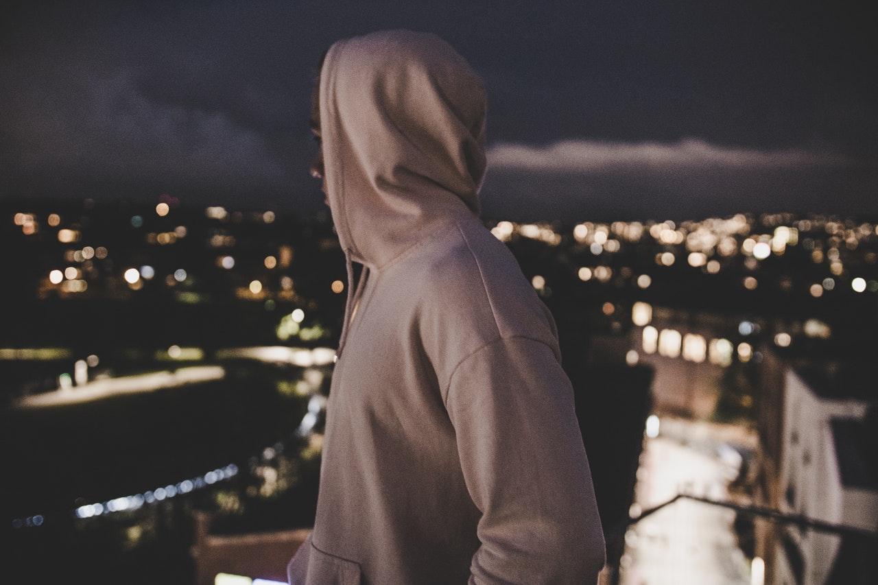 夜景を眺める男