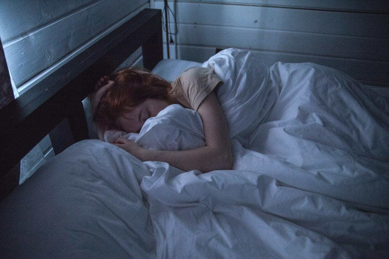 枕を抱えて眠る女性