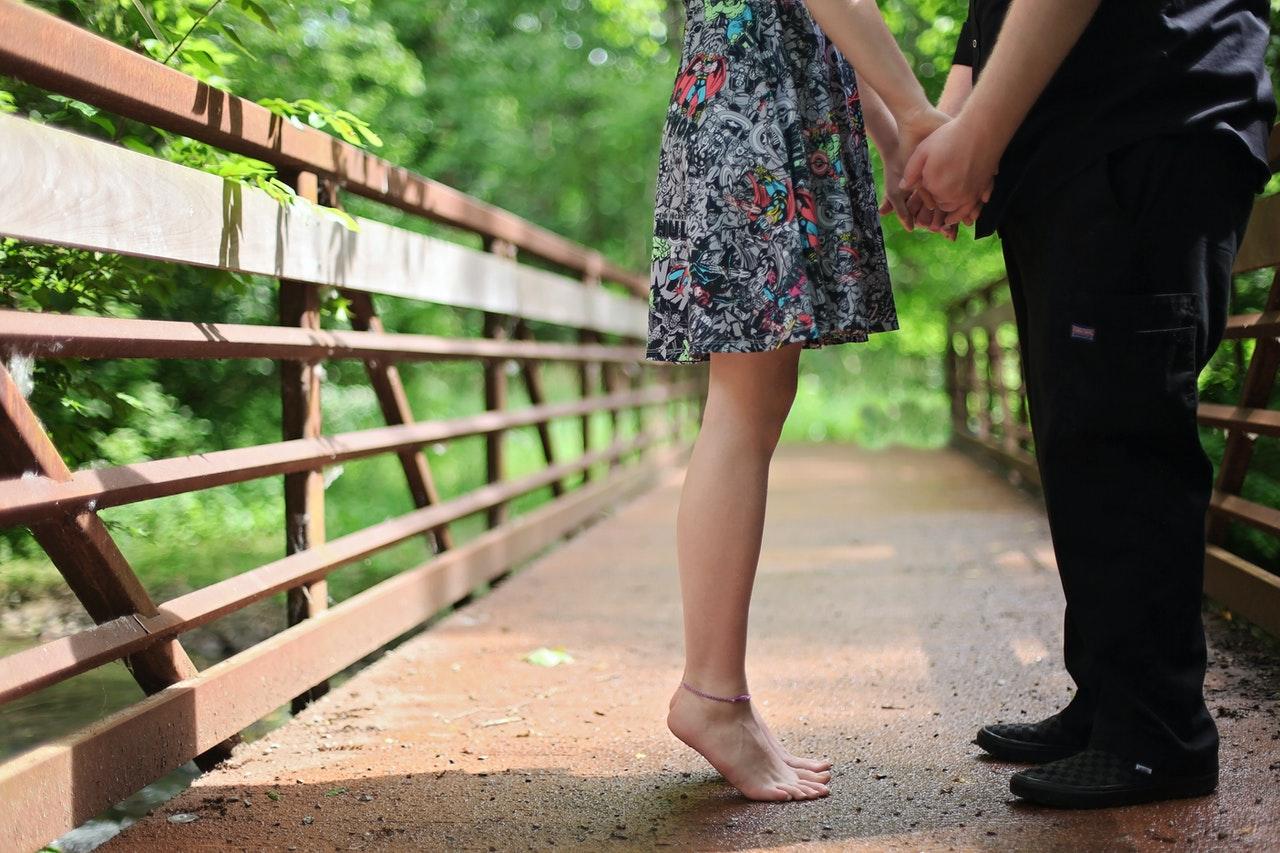 橋の上でデート
