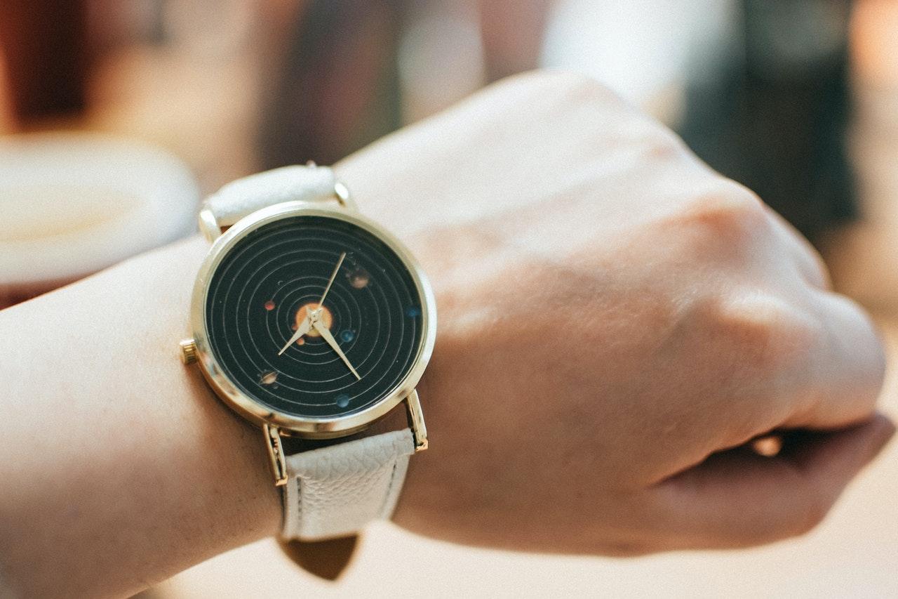 腕時計で時間を見る