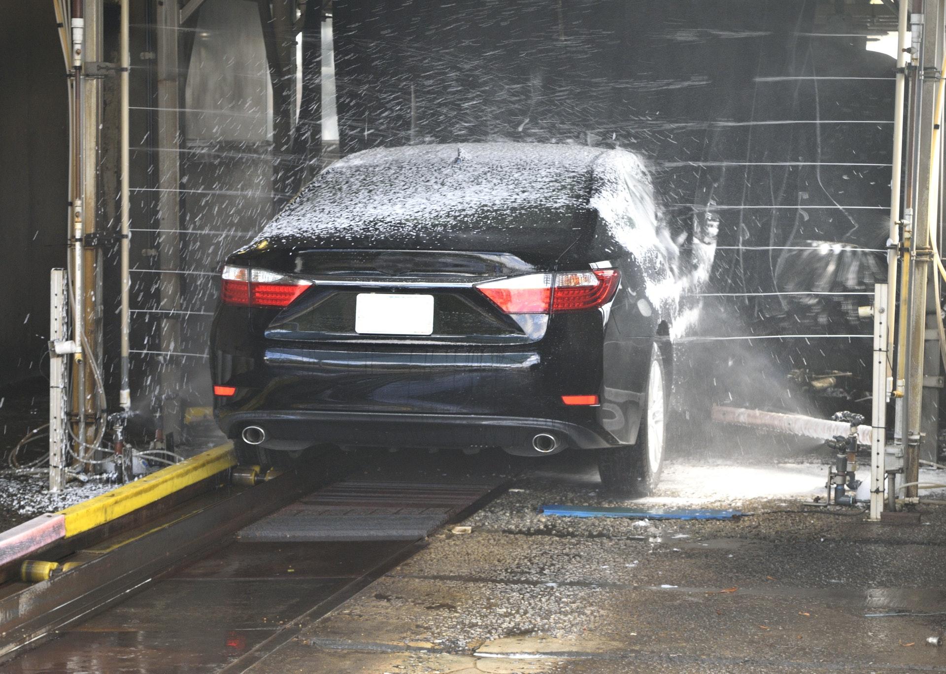 洗車をする黒い車