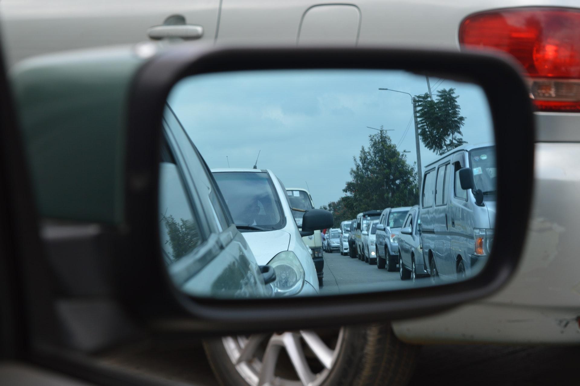 サイドミラーにうつる渋滞