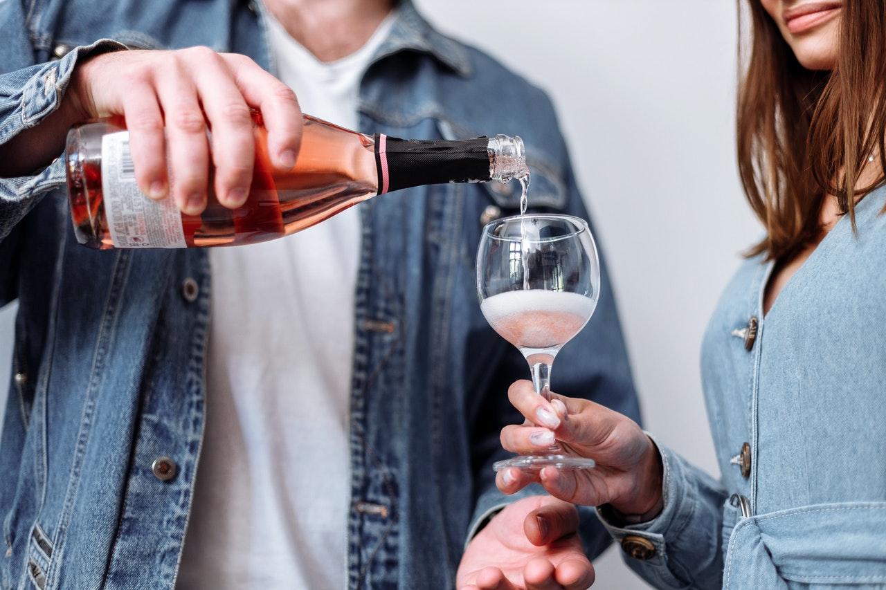ワインを飲む二人