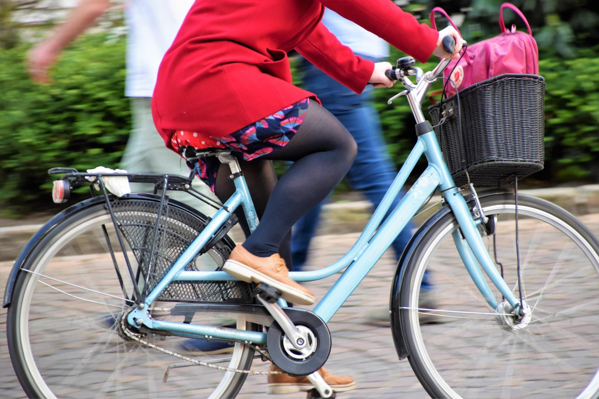 自転車に乗るぽっちゃり女性