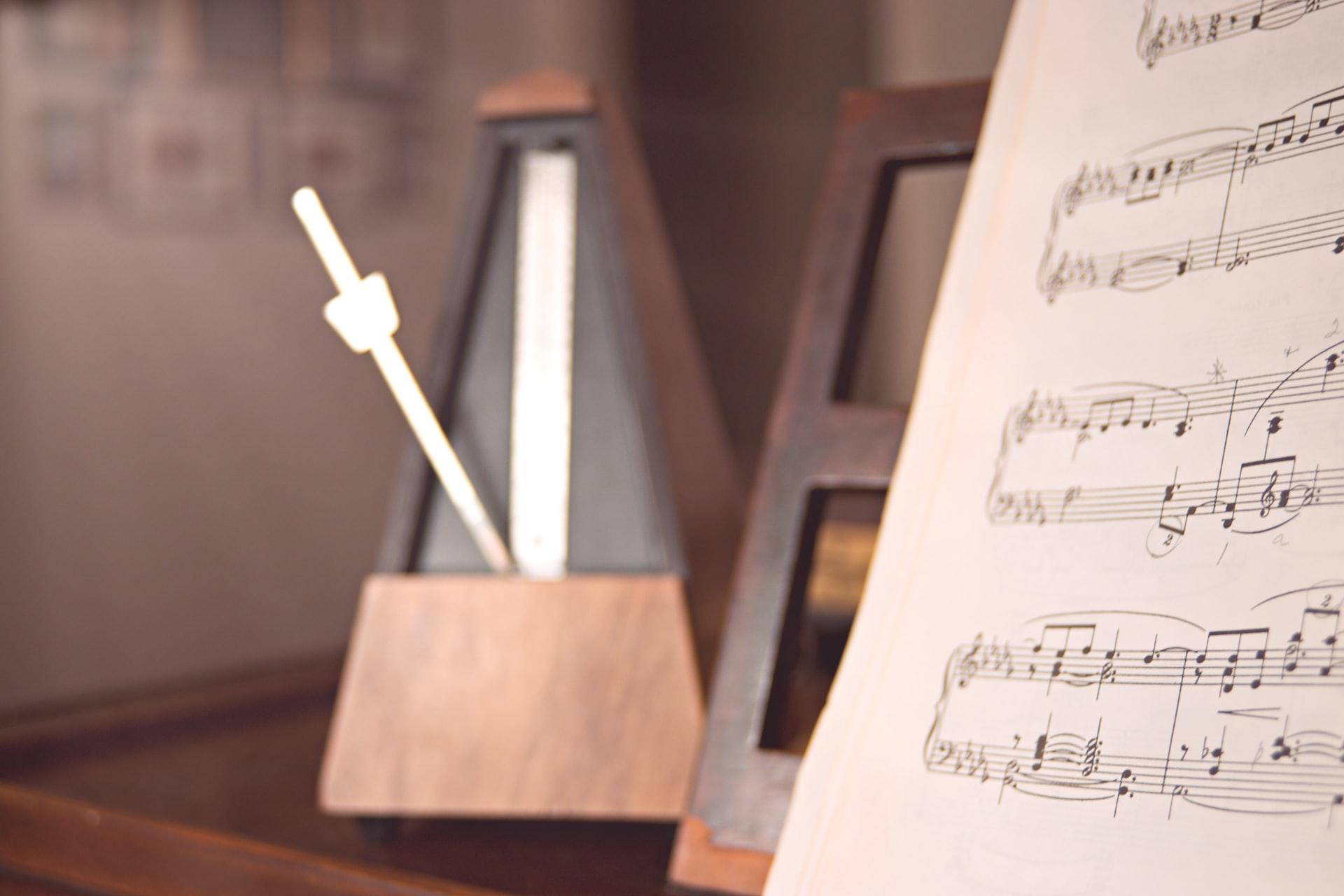 楽譜とメトロノーム