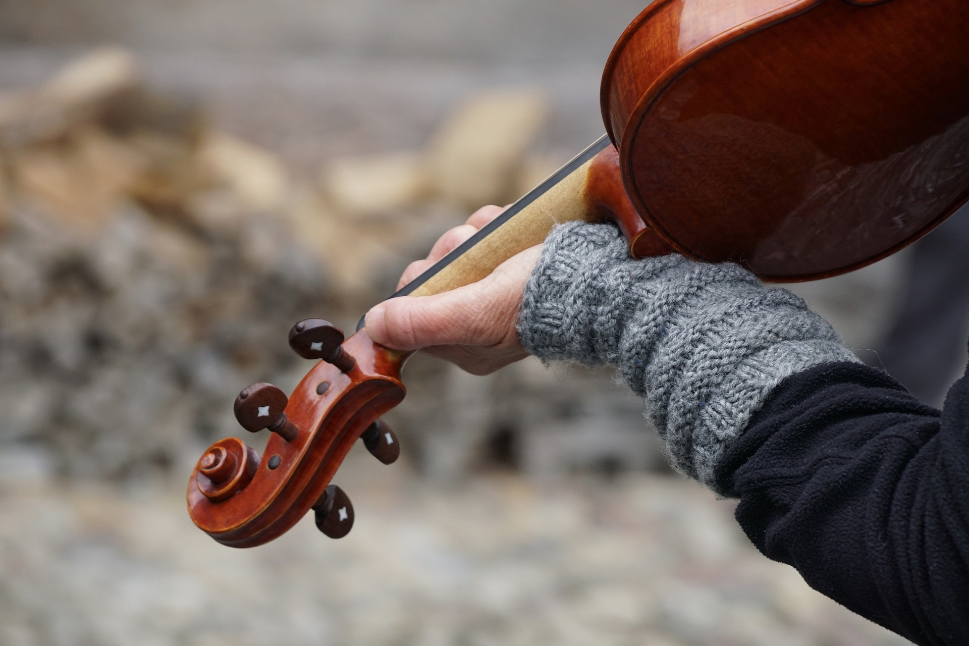 バイオリンを弾く人