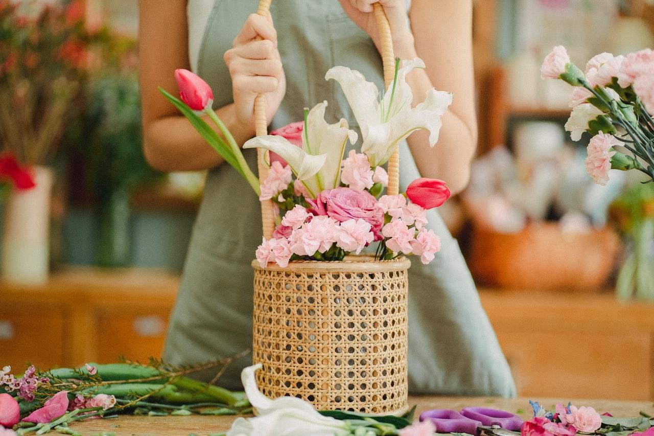 花をアレンジする女性
