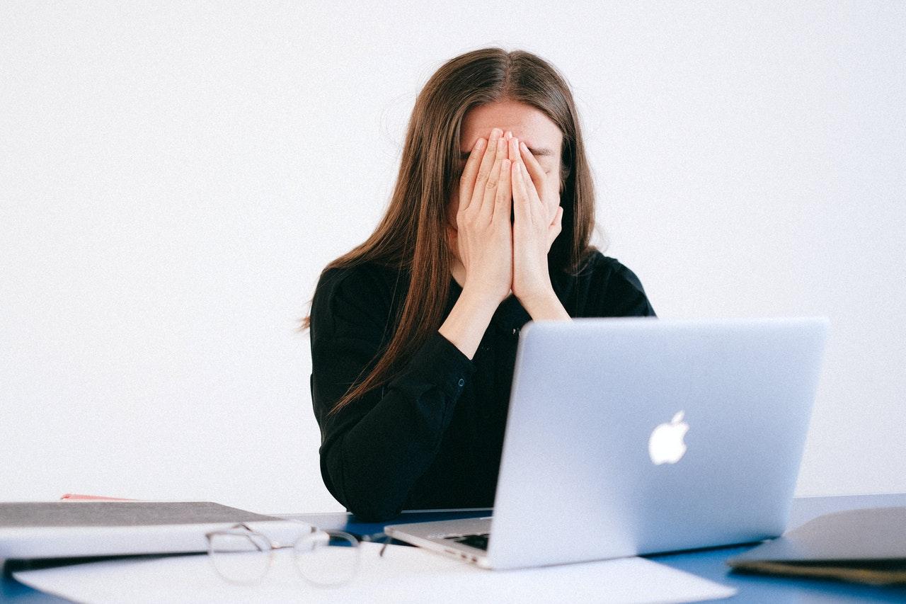 PCを前に悩む人