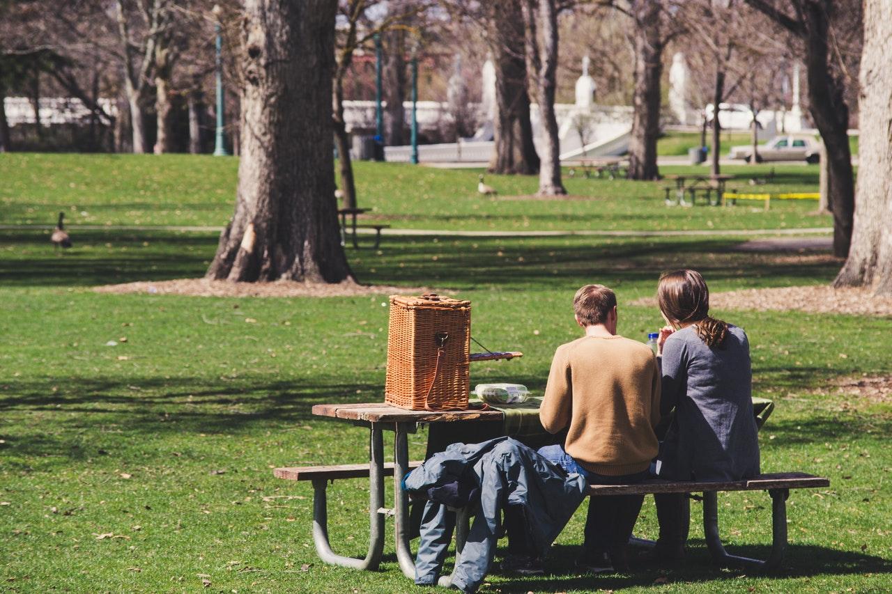 公園のベンチで話す男女