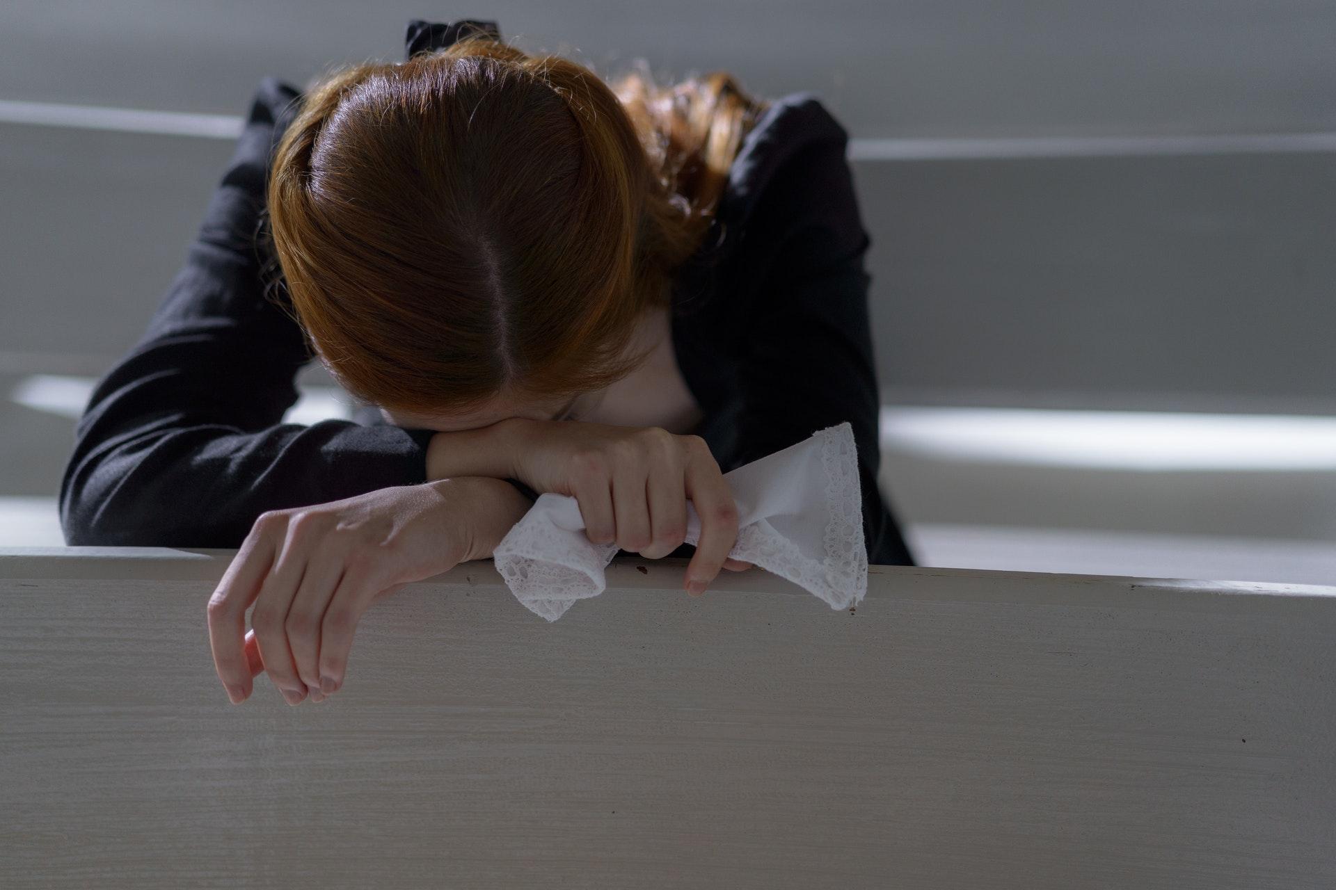 泣き崩れる女性