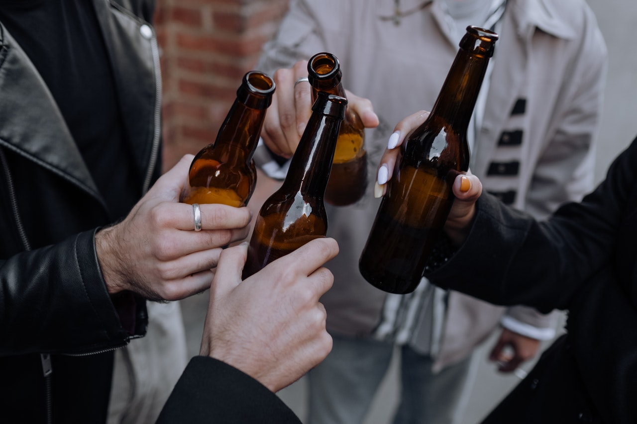 ビールを飲む男達