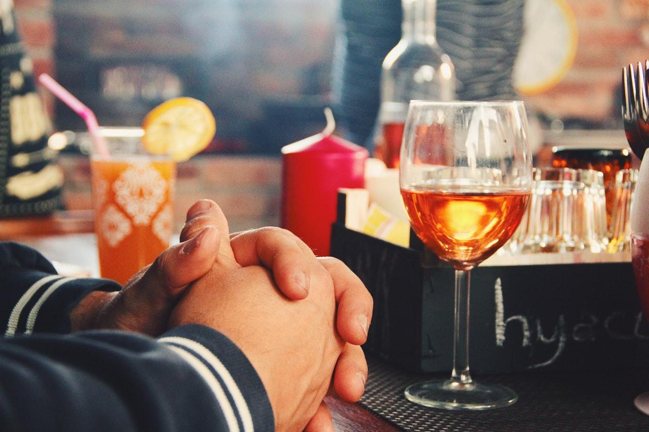 バーでお酒を飲む男性
