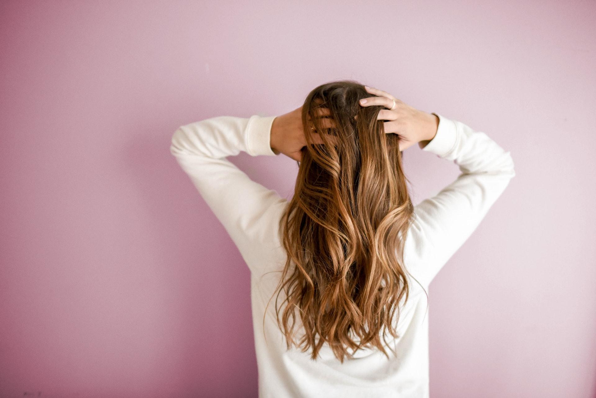 長い髪の毛の女性