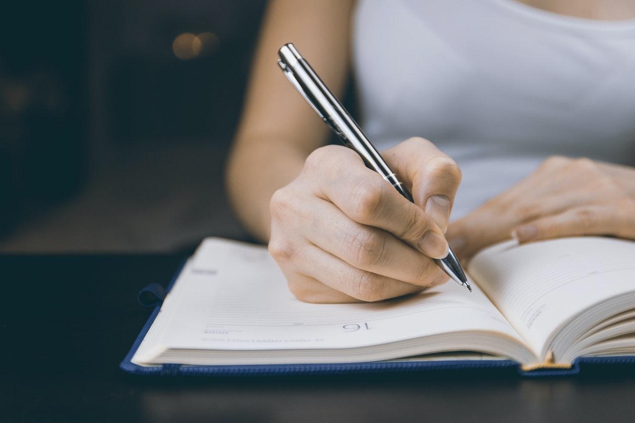 ノートに書く姿