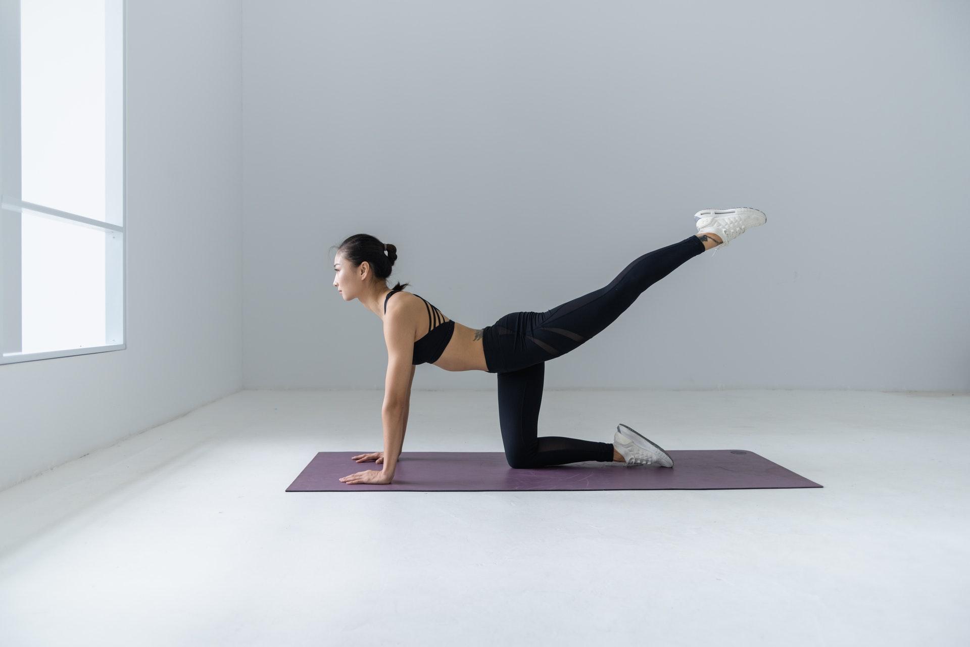 yogaをする女性
