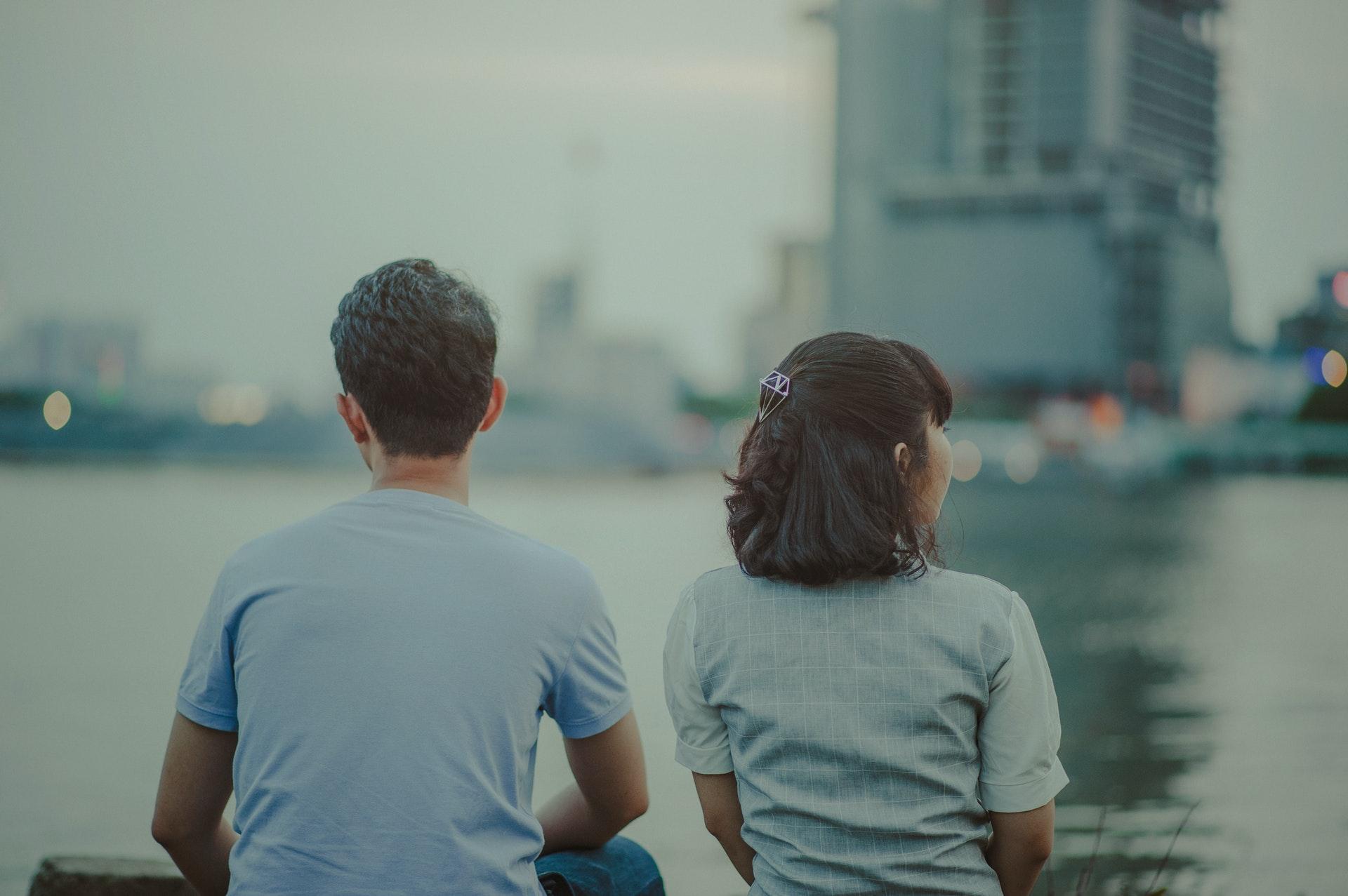 水辺に座るカップル
