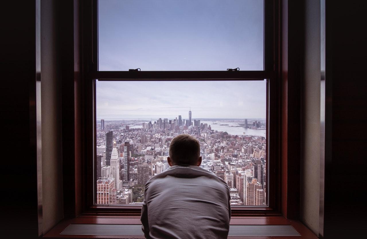 遠くを眺める男性