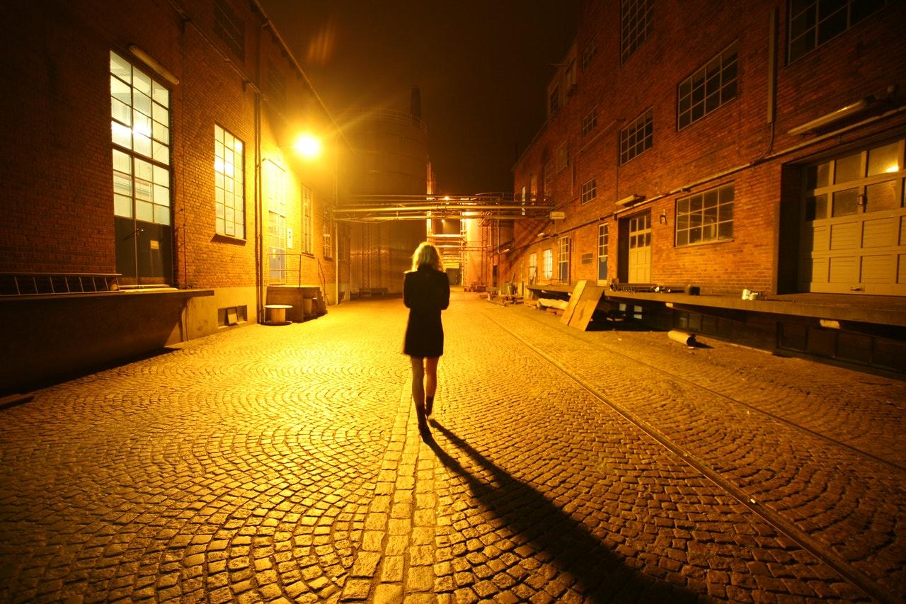一人寂しく歩く女性