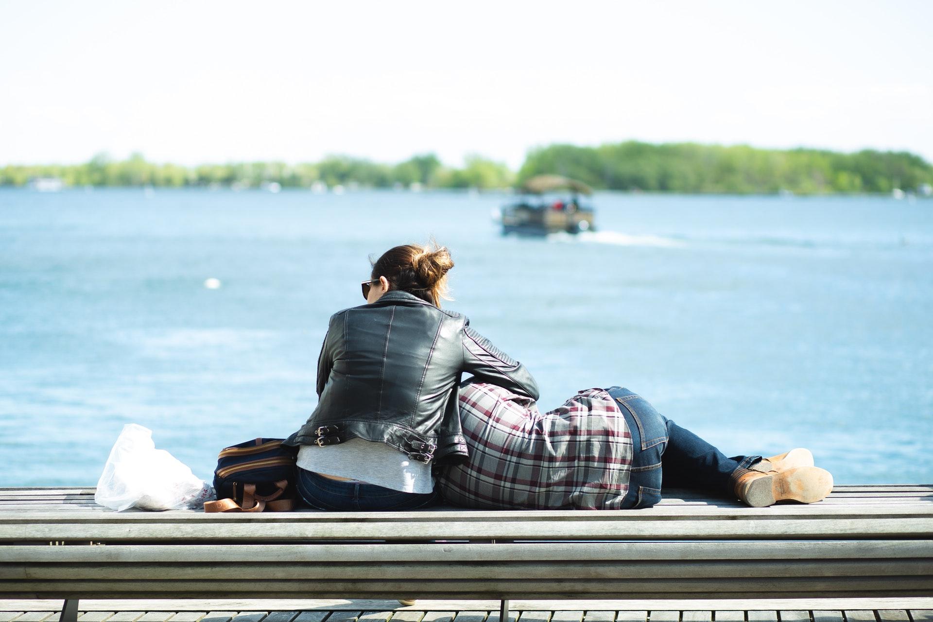 膝枕をするカップル