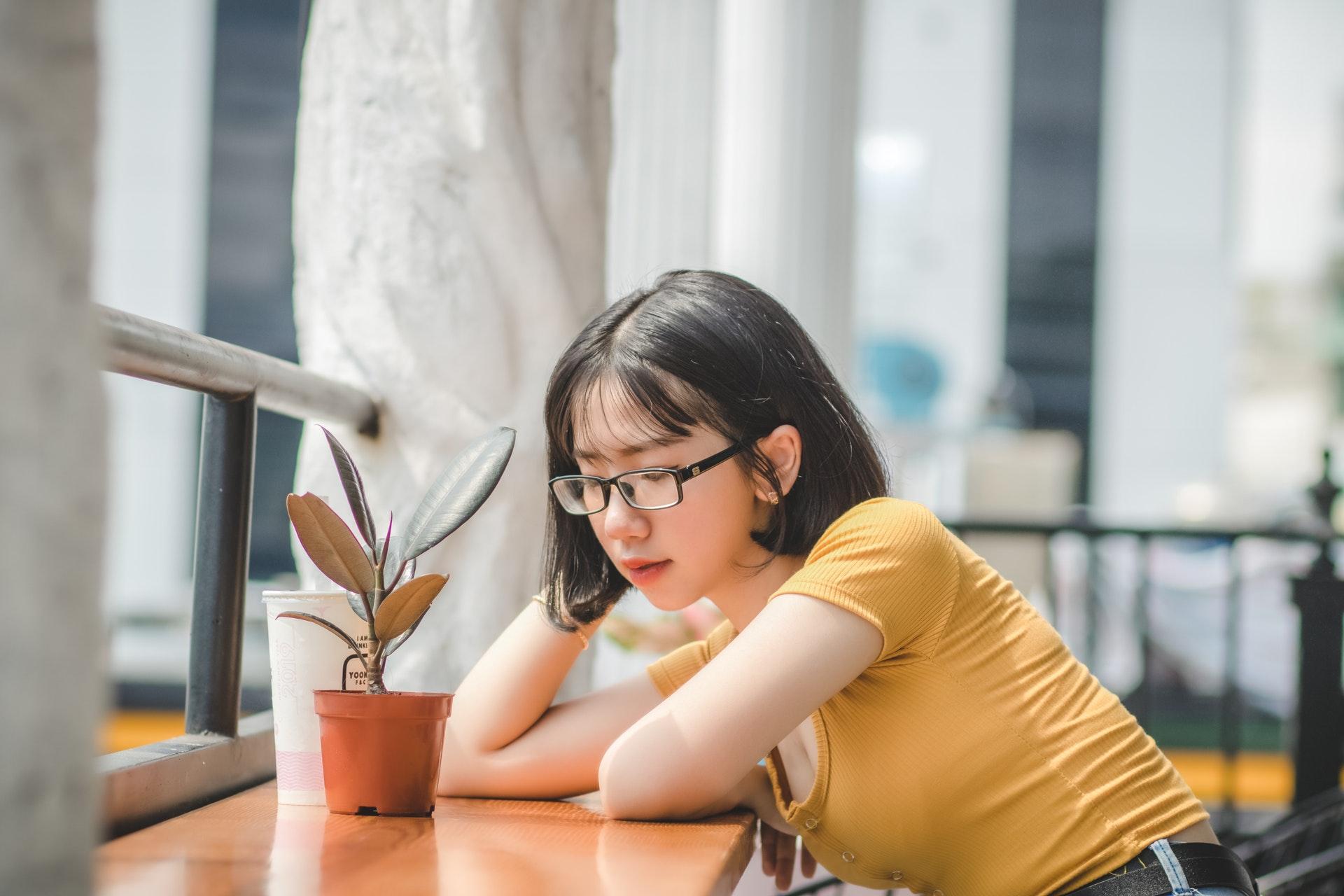 植物を見つめる女性