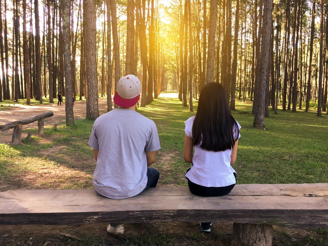 距離を開けて座るカップル