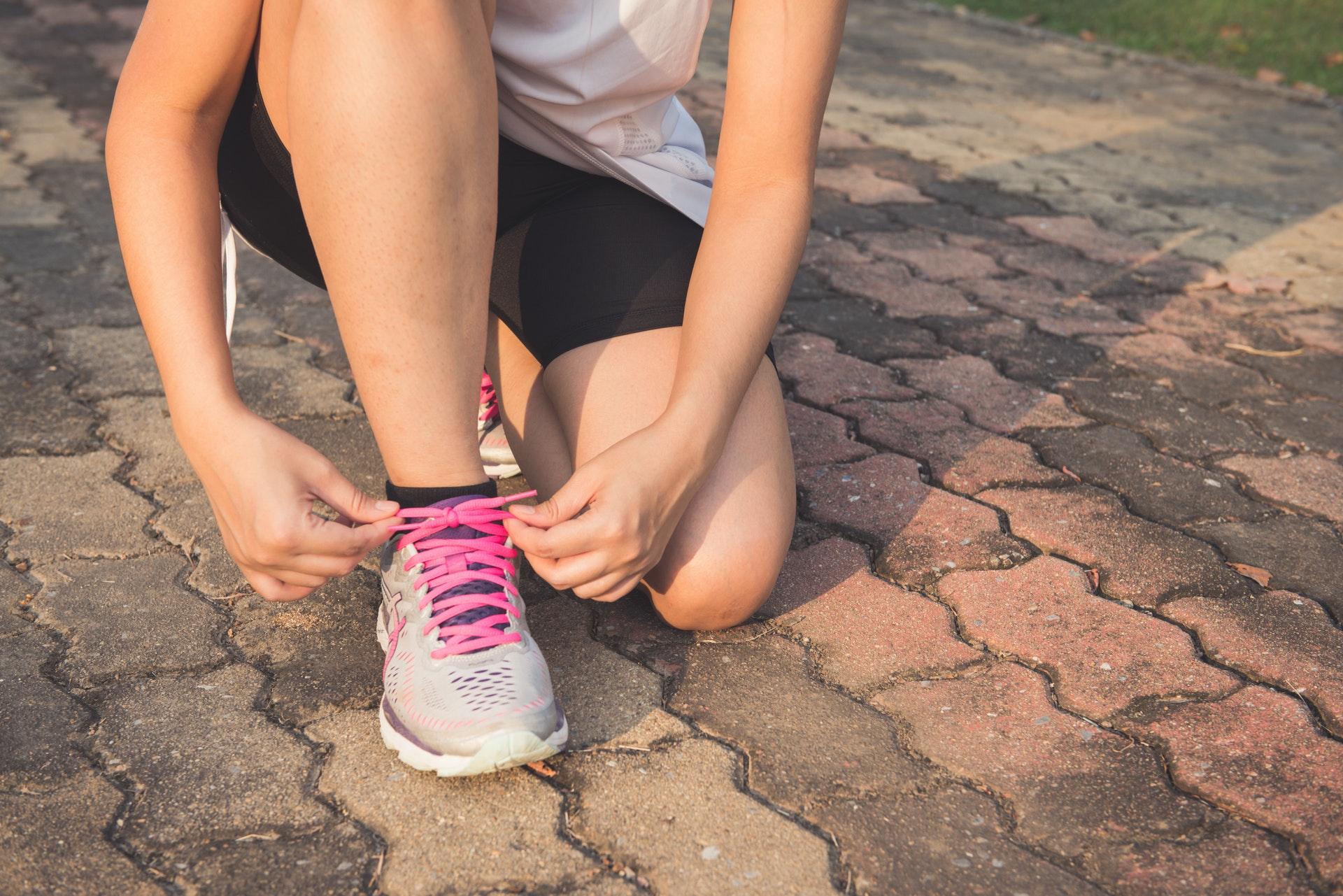 靴ひもを結ぶ女性