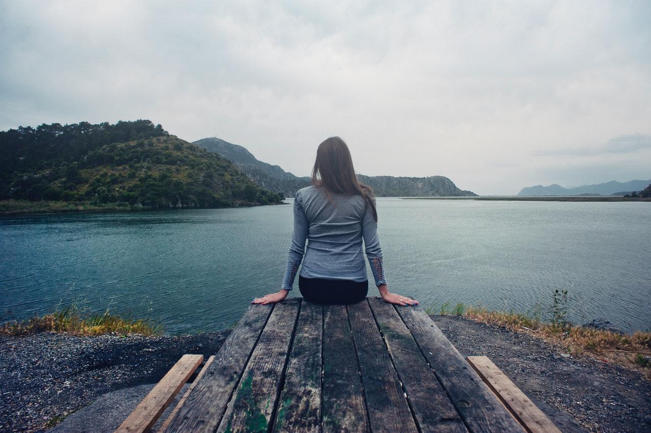 湖を見つめる女性
