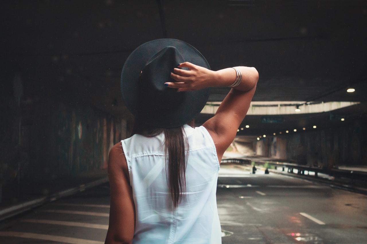 背筋のきれいな女性