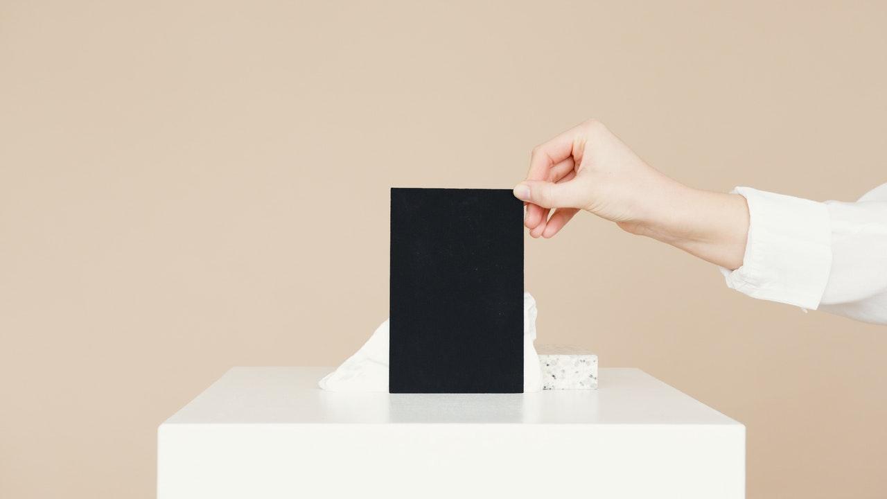 黒い一枚の紙