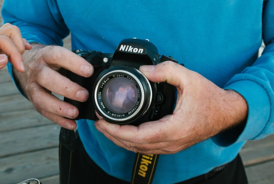 カメラを持つ人