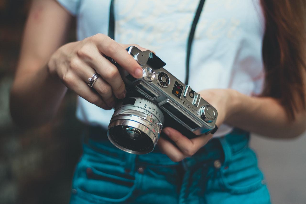 カメラを手にする女性