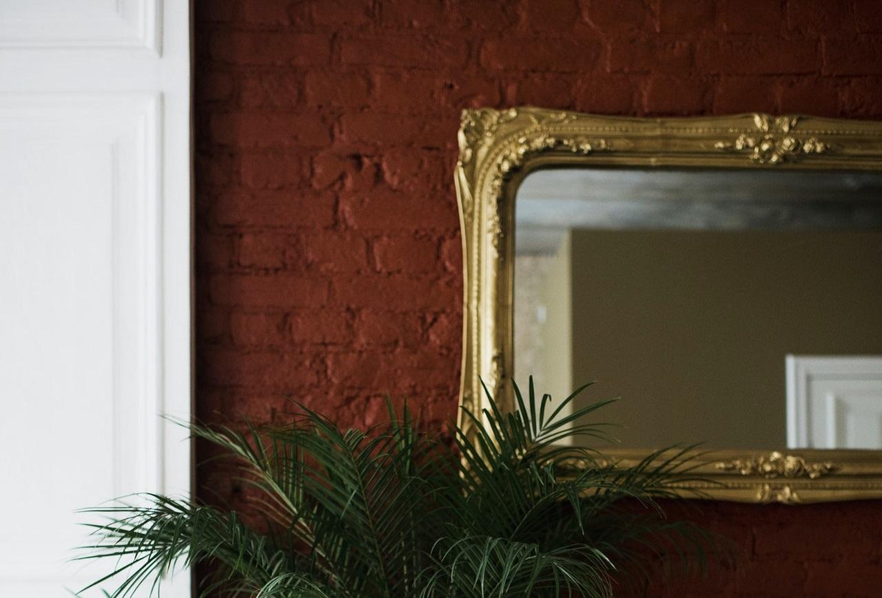 壁に掛かっている鏡