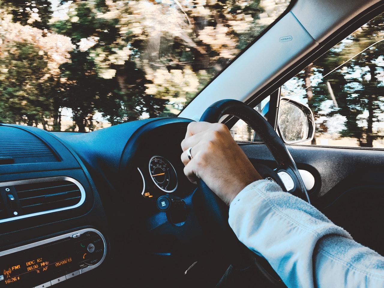 運転する男性