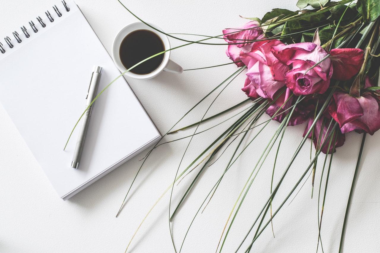 ピンクの花束とノート