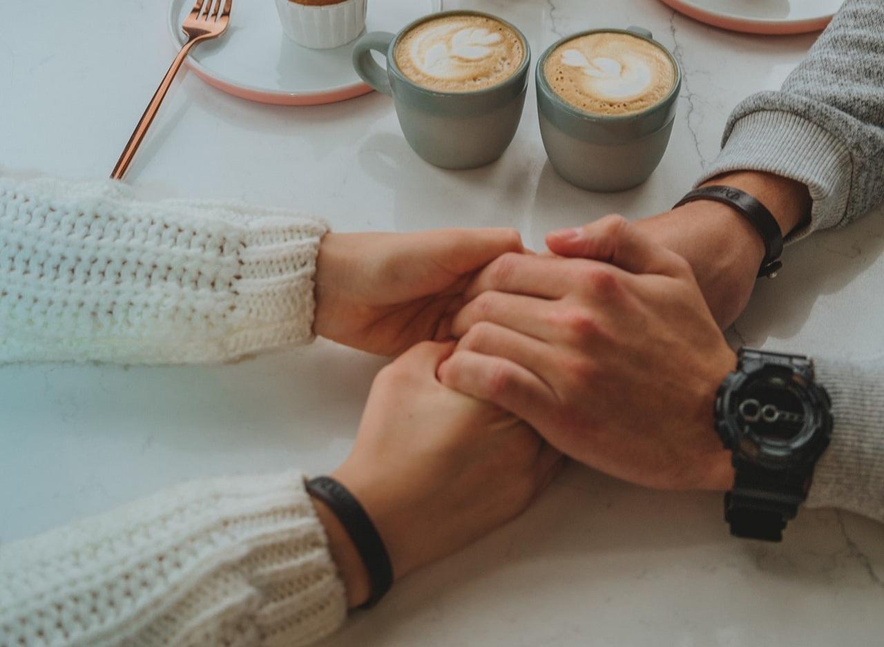 手を握りあるカップル