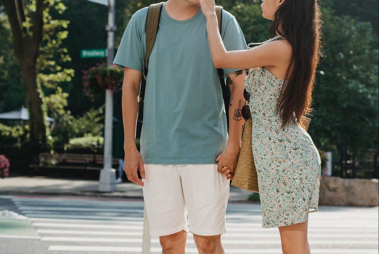 男性に触れる女性