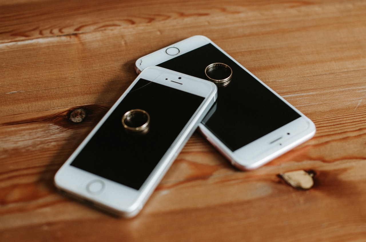 2台の携帯電話と指輪