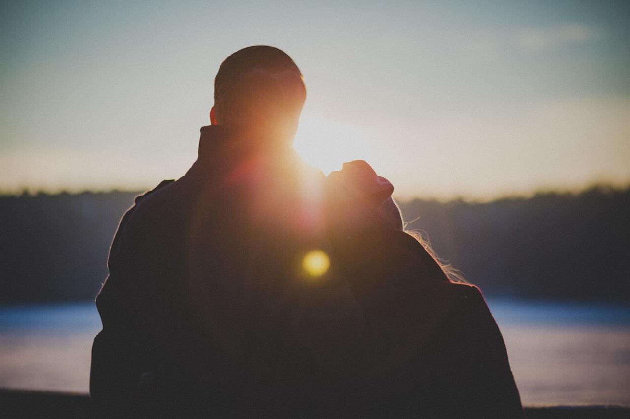 朝日を見るカップル