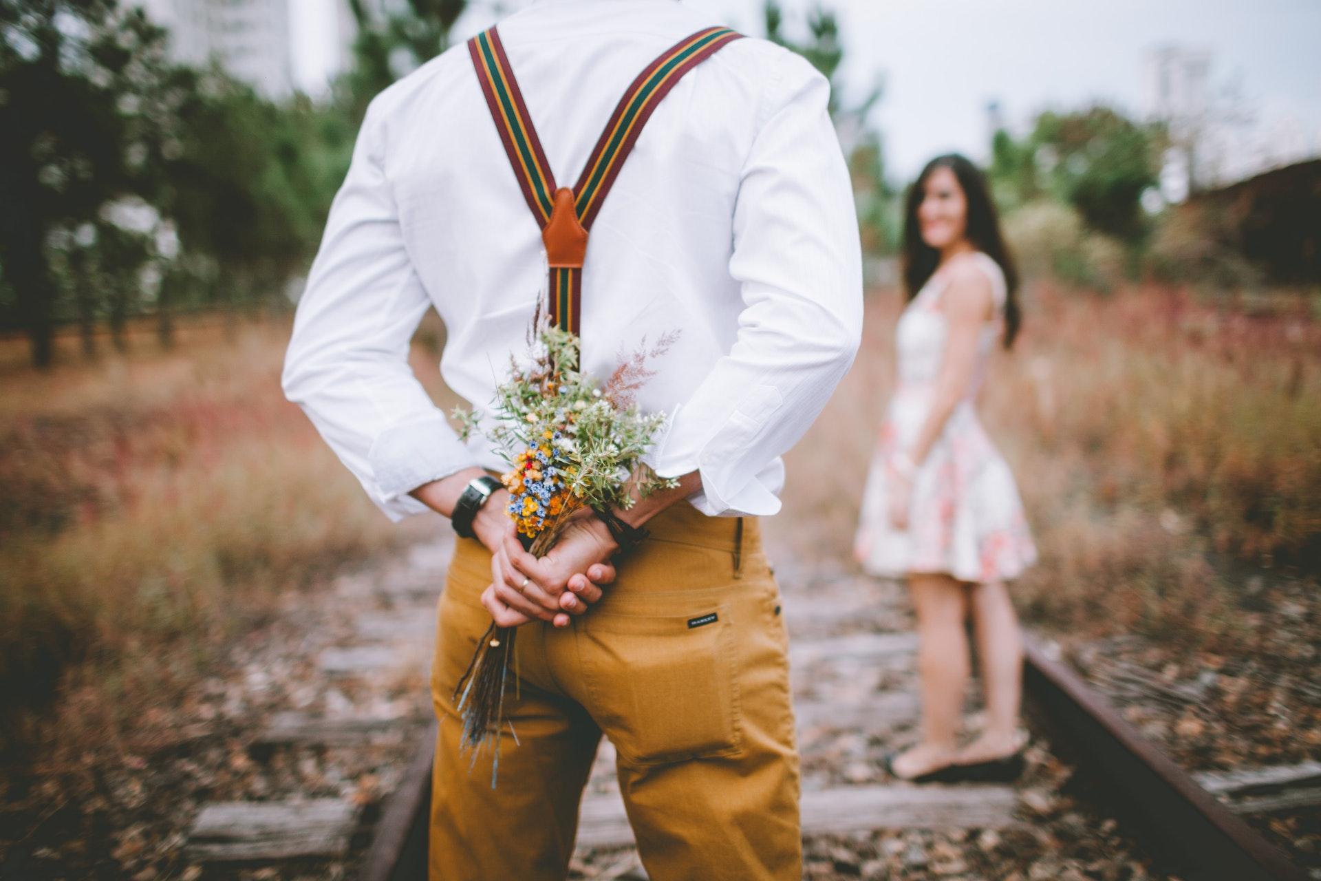 花束を隠し持つ男性