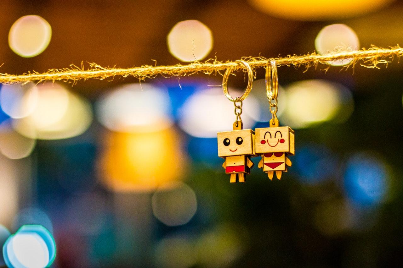 寄り添うカップル人形