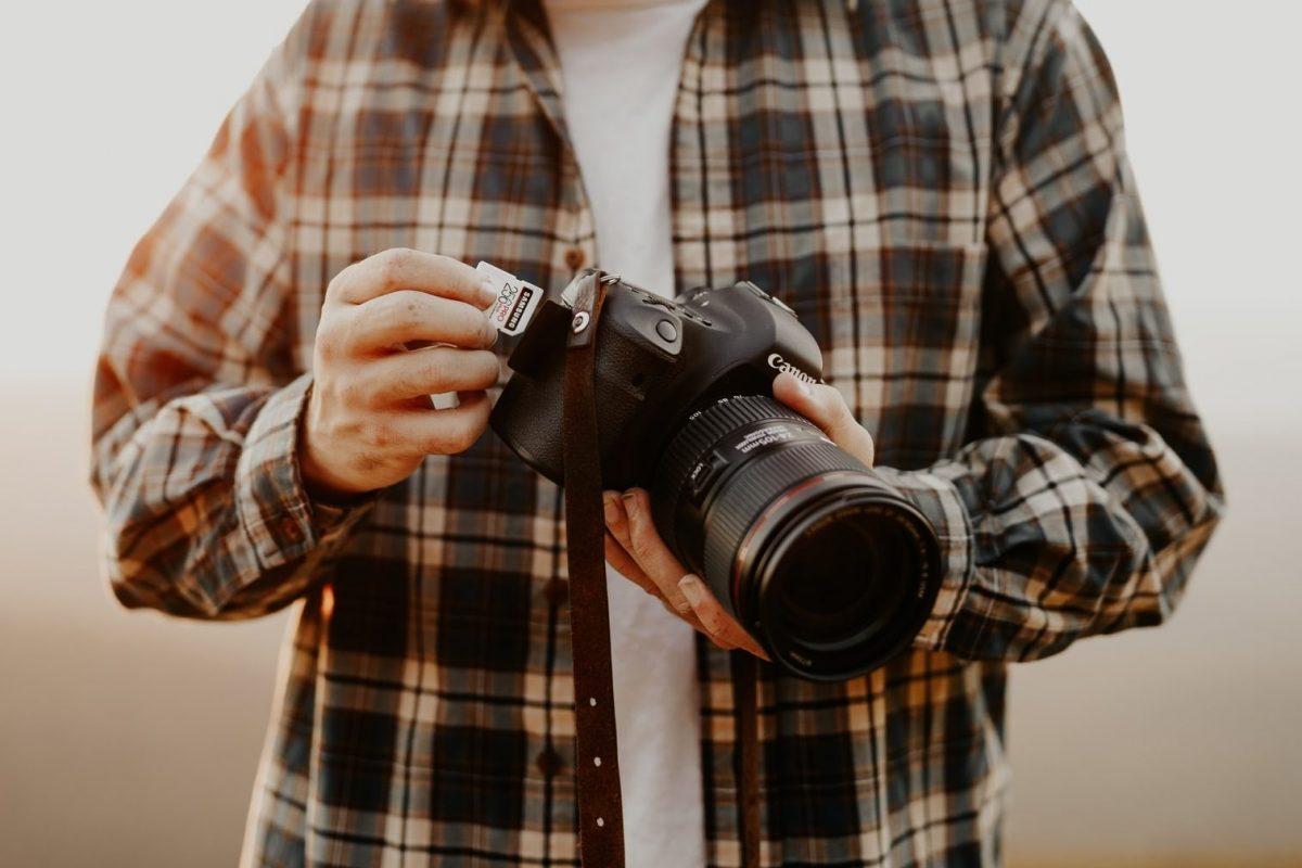 写真撮ろうとする人