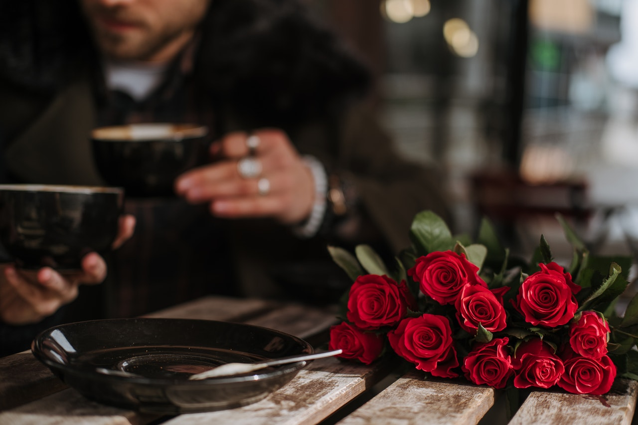 バラを持ってデート