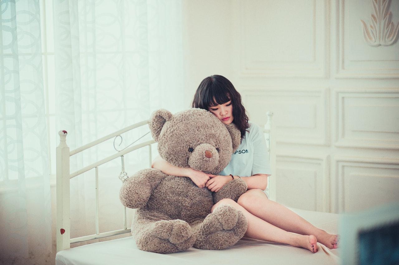 熊を抱く女性