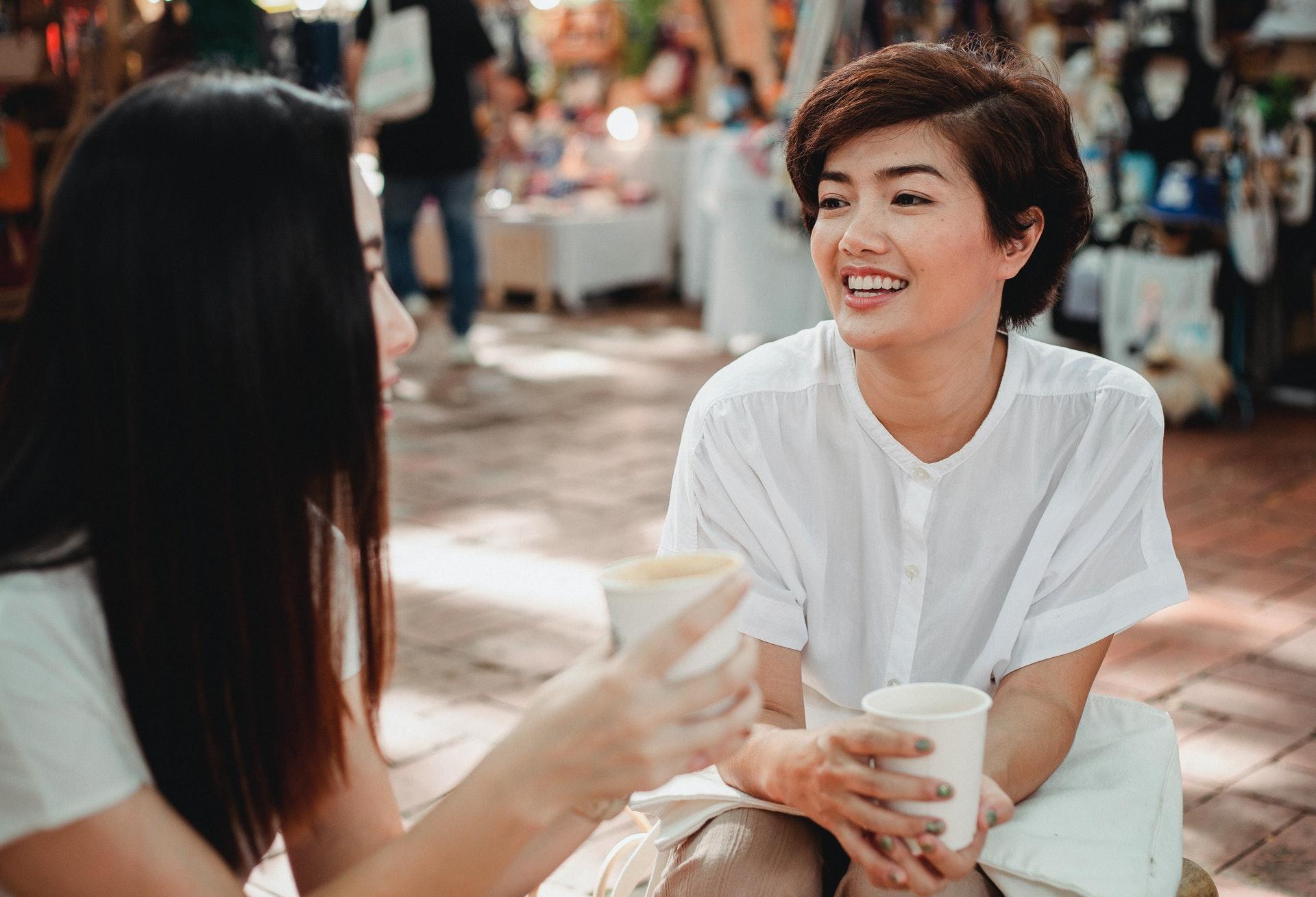 友人とお茶をする女性