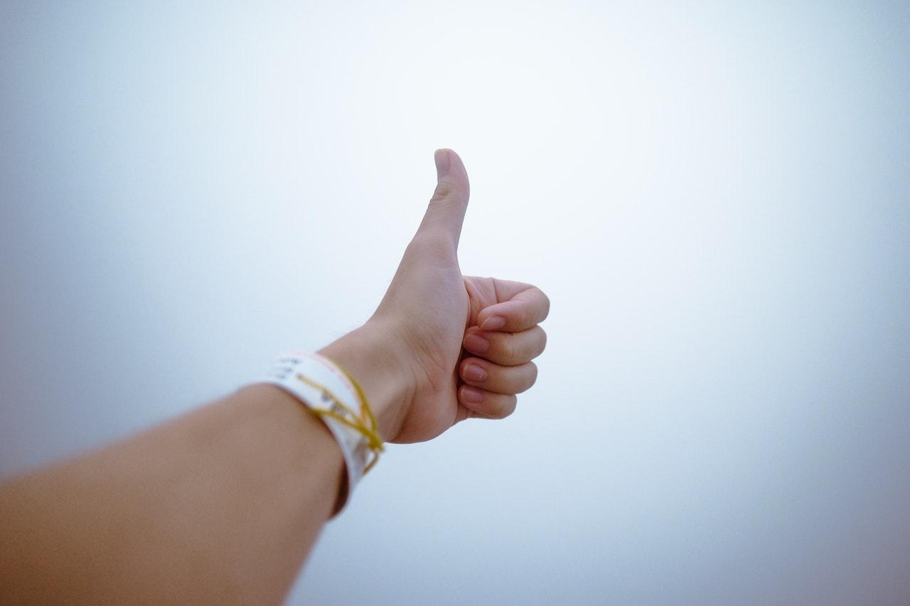 空に向かって指を突き立てる人