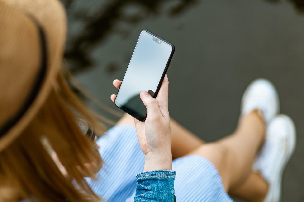 スマートフォンを操作する人