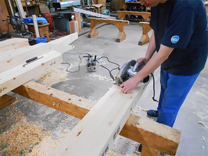 時代のニーズを捉えた新しい木材加工を操る機械オペレーター